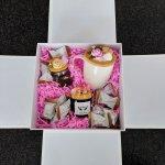 """2 variantas: porc.puodelis """"Rožinis bijūnas"""" + žvakė + ind.su arbata + saldainiai"""