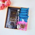 Juodu pagrindu latte šaukš.rožiniais žiedais+kava juod.pak.+muiliukas+5 saldainiai